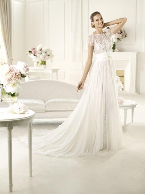 Талия этого незабываемого свадебного платья в богемном стиле подчеркнута оригинальным шифоновым поясом, завязывающимся на узел спереди
