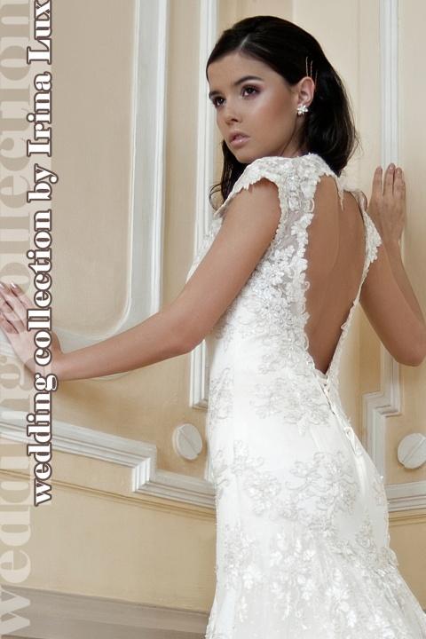 Изысканное и стильное свадебное платье из нежного гипюра с эффектным вырезом на спине. Плечи прикрыты полупрозрачным кружевом