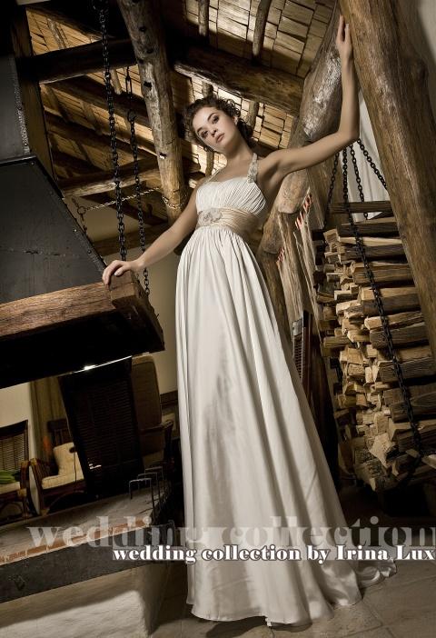 Простое и женственное свадебное платье в греческом стиле. Кремовый пояс украшен стильной вышивкой